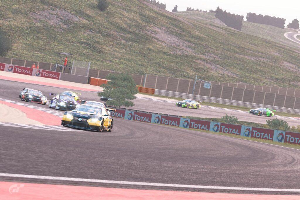 ApexGt esports | Estreia da Divisão Pro1  Arthur Nunes (Pilotech) puxa a fila de Lexus RC-F na primeira volta seguido de Adriano Carrazza e Rafael Fonteles.