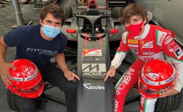 Os Fittipaldi mostram o adesivo do streamer Gaules no F3 de Enzo